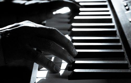 ピアノの鍵盤を弾く手